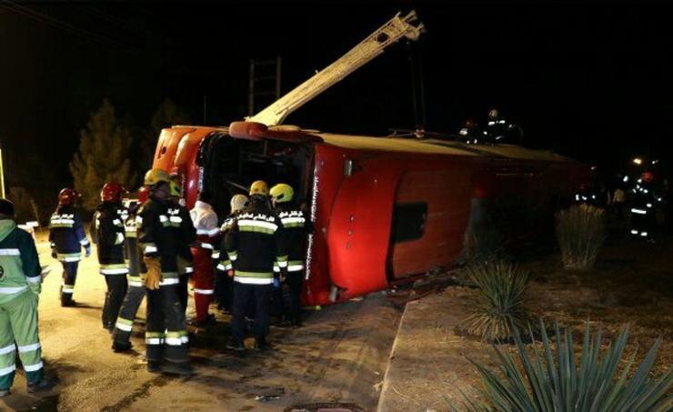 واژگونی اتوبوس تهران - شیراز در اصفهان/ خواب آلودگی راننده علت حادثه بود