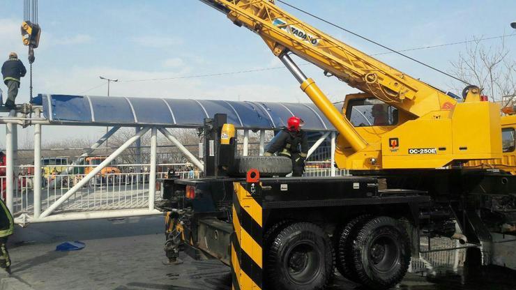 بالابودن بار کمپرسی علت برخورد با پل عابر پیاده در صد متری مشهد