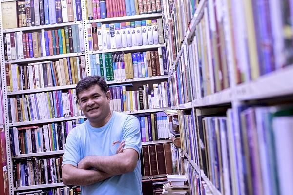 گفتوگو با تنها کتابفروش افغانستانی مشهد | هیواد محلی برای تعامل ایرانیها و افغانستانیها