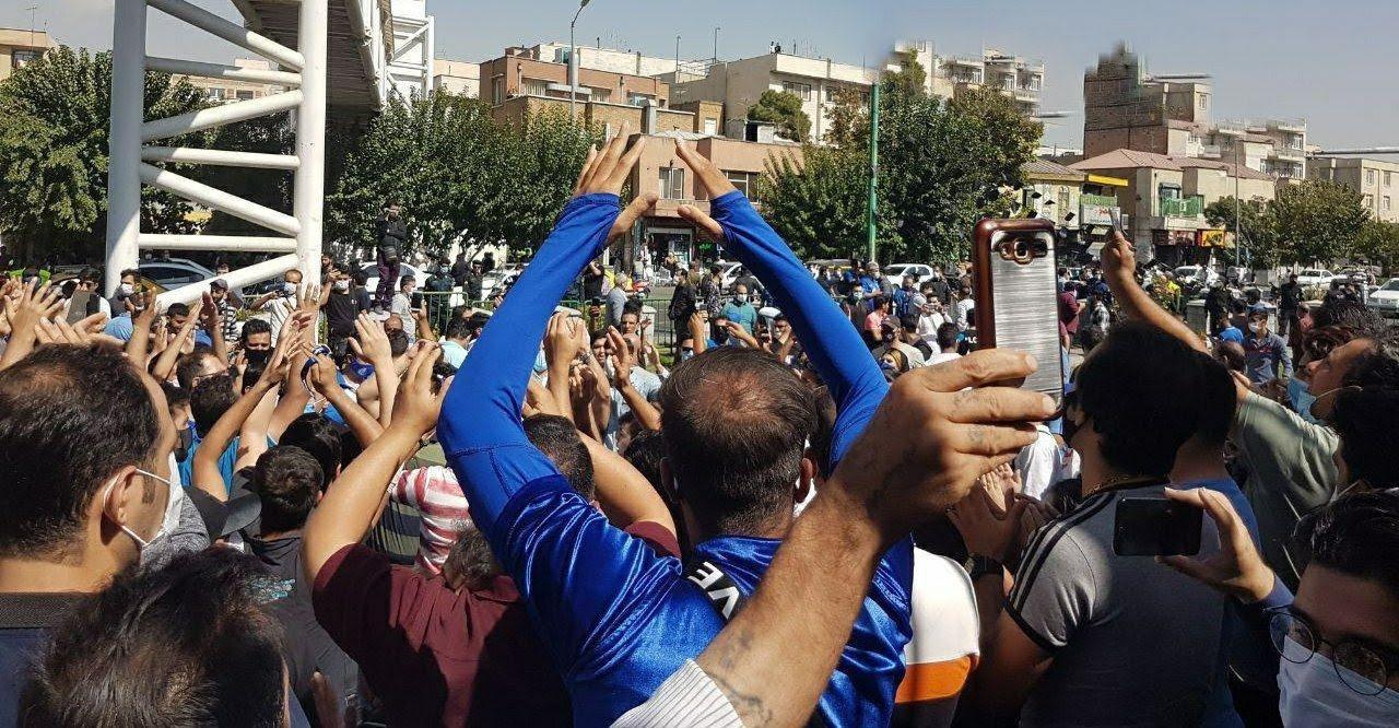 تجمع گسترده هواداران استقلال در مقابل مجلس شورای اسلامی+ عکس