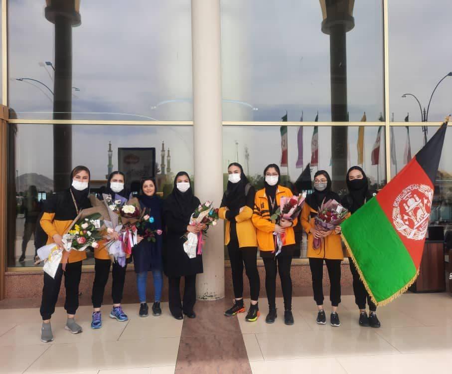 تیم والیبال بانوان مهاجر افغانستانی وارد مشهد شدند + عکس